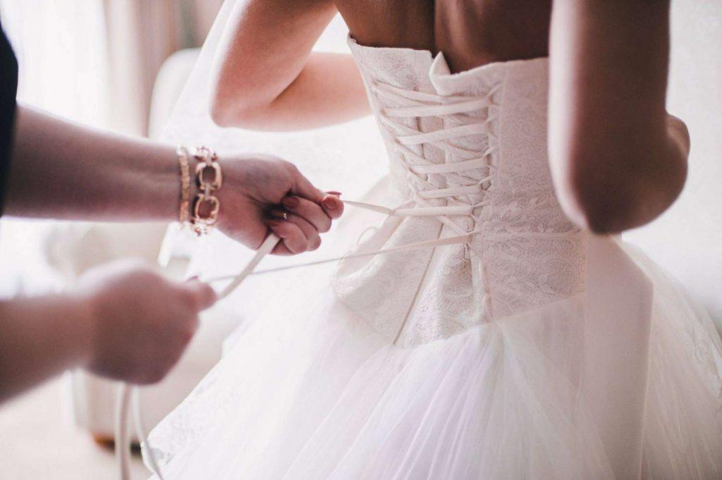 L'essayage de la robe de mariée est important : il permet de faire les ajustements nécessaires !